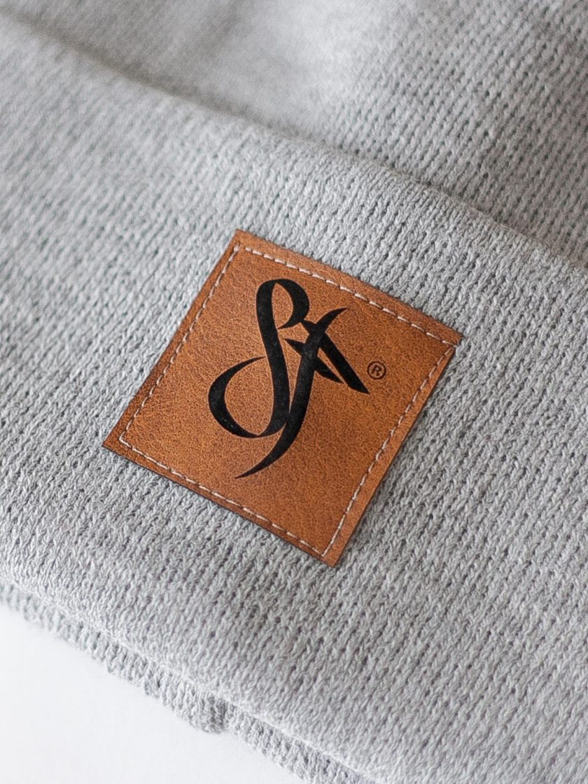 Beanie leather patch light grey